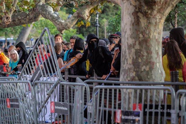 Una concentración ante el Parlament  causa altercados por lanzamiento de botes de humo y piedras a los Mossos d'Esquadra el 11 de septiembre de 2019.