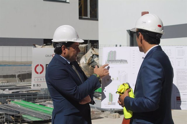 El consejero de Vivienda y Administración Local de la Comunidad de Madrid, David Pérez, visita las obras en la UVA de Hortaleza.