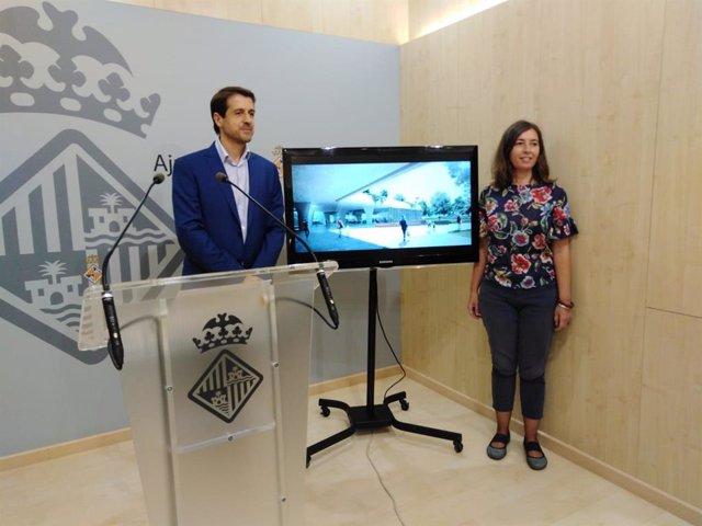 La regidora de Model de Ciutat, Neus Truyol, i el regidor d'Economia, Adrián García.