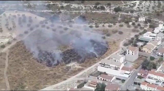 Incendio junto a unas viviendas en Íllora