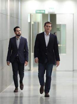 El portavoz adjunto de Ciudadanos en el Congreso y secretario de Comunicación del partido, Fernando de Páramo y el presidente de la formación naranja, Albert Rivera, en un pasillo del Congreso de los Diputados.