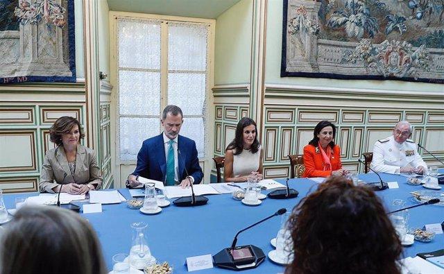 Los reyes de España junto a la vicepresidenta del Gobierno en funciones, Carmen Calvo (i), y la ministra de Defensa en funciones, Margarita Robles (2d), presiden en el Real Alcázar de Sevilla la reunión de la Comisión Nacional del V Centenario de la prime