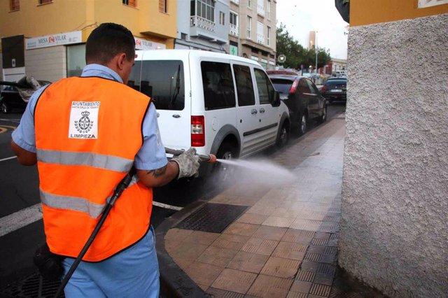 Un operario limpia las calles de Santa Cruz de Tenerife