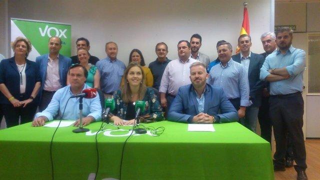 La candidata de Vox a la Alcaldía de Sevilla, Cristina Peláez, junto con otros concejales electos de la provincia