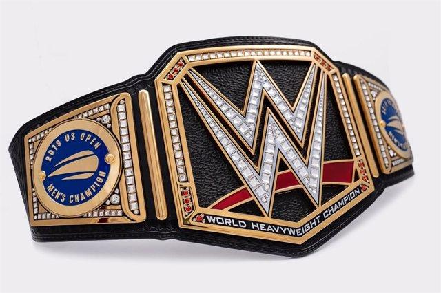 Tenis.- Rafa Nadal recibe el cinturón del campeón mundial de los pesados de luch