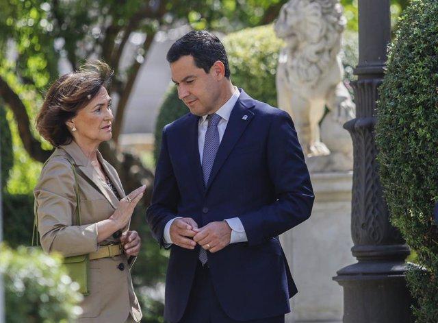 La vicepresidenta de govern en funcions, Carmen Calvo (i) conversa amb el president de la Junta d'Andalusia, Juanma Moreno (d), durant l'espera a l'arribada dels Reis.