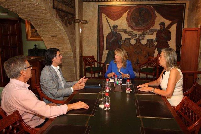 La alcaldesa de Marbella traslada al Colegio Oficial de Arquitectos de Málaga la creación de la nueva Oficina Municipal del PGOU
