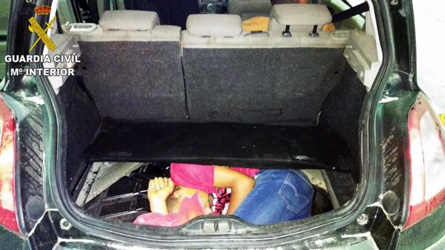 Joven oculto dentro del hueco de la rueda de repuesto de un vehículo en Melilla