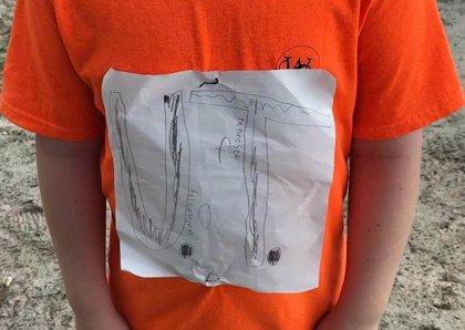 El logo de una camiseta de fútbol hecho por un niño se convierte en diseño oficial y recauda fondos contra el 'bullying'
