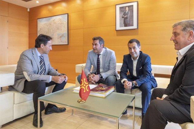 El consejero de Obras Públicas, Ordenación del Territorio y Urbanismo, José Luis Gochicoa, recibe al alcalde y miembros de la Corporación Municipal de Santoña.