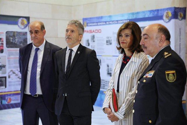 (I-D) El director general de la Policía, Francisco Pardo, el ministro del Interior en funciones, Fernando Grande-Marlaska, la secretaria de Estado de Seguridad, Ana Botella, y el comisario general de la Policía Científica, Pedro Mélida, durante el acto de