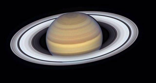Los anillos de Saturno brillan en el último retrato del Hubble