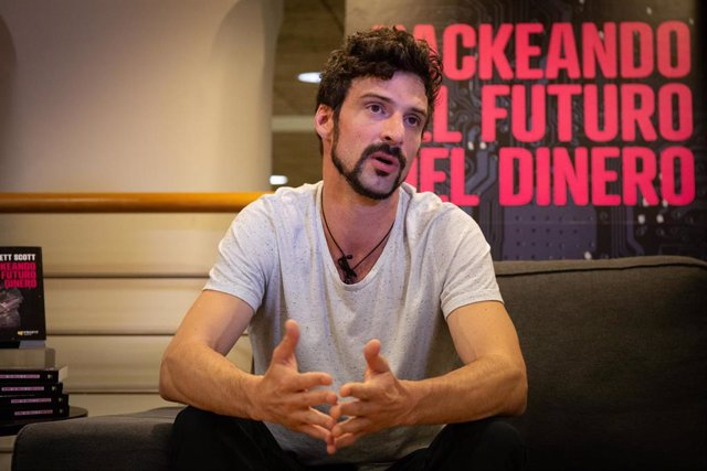 Brett Scott,, autor del libro 'Hackeando el futuro del dinero', durante una entrevista para Europa Press, en Barcelona, a 12 de septiembre de 2019.