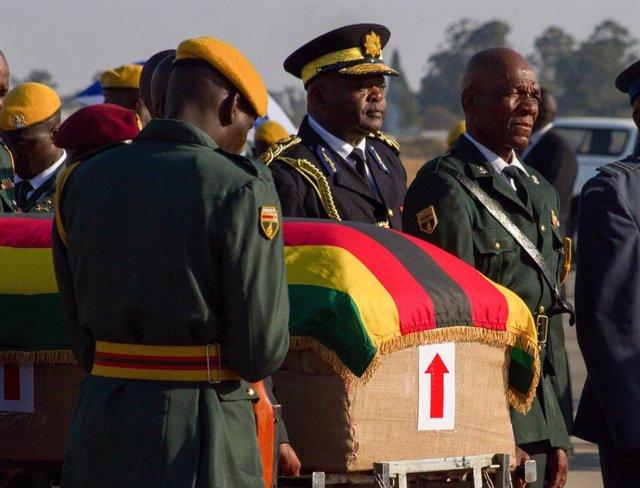 El féretro con los restos mortales del expresidente de Zimbabue Robert Mugabe