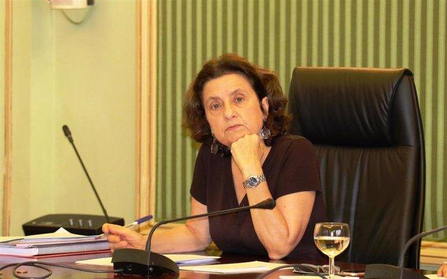 La consellera de Asuntos Sociales y Deportes, Fina Santiago, en la Comisión de Asuntos Sociales del Parlament.
