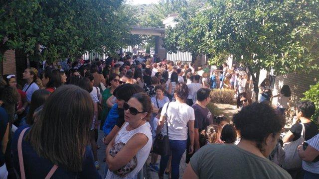 Concentración de padres y alumnos ante el colegio de Nueva Carteya.