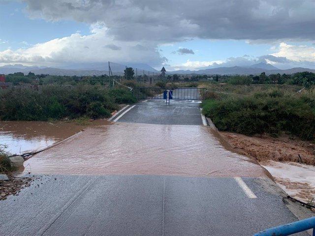 Camino de la Molineta, cortado al tráfico por inundaciones.