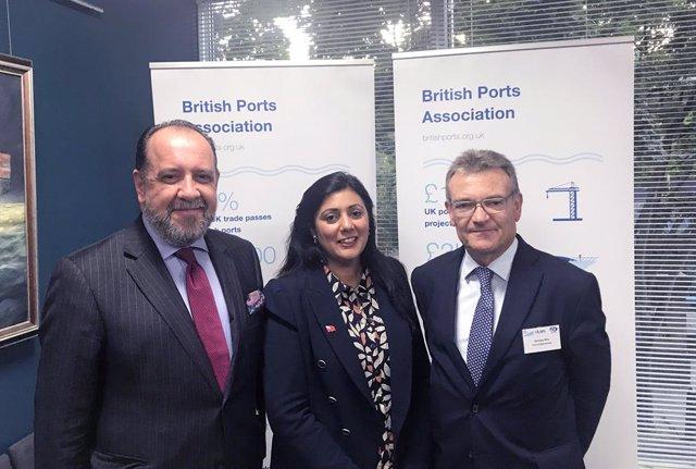 Patrick Verhoeven, director general de la IAPH; Nusrat Ghani, secretària d'Estat de Ports i Transport Marítim del Regne Unit; i Santiago Garcia-Milà, subdirector general d'Estratègia i Comercial del Port de Barcelona i president de la IAPH.