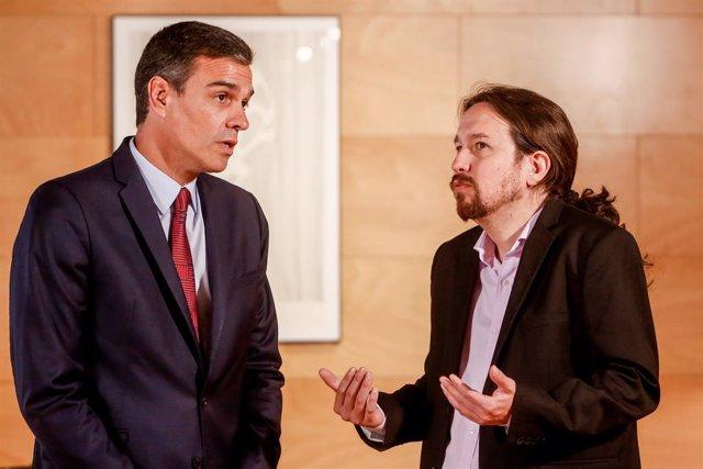 El president del Govern en funcions, Pedro Sánchez (1i), es reuneix amb el secretari de Unidas Podemos , Pablo Iglesias (2i), de cara a la sessió d'investidura que comença el 22 de juliol.