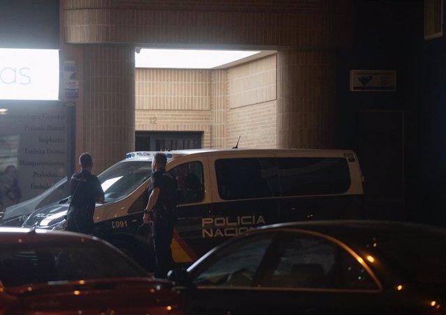 Un furgón policial, delante del portal del edificio en el que han tenido lugar los hechos