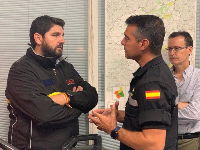 El presidente Fernando López Miras conversa con el teniente coronel Olaf Clavería, de la UME