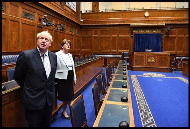 La líder del DUP, Arlene Foster, junto a Boris Johnson.