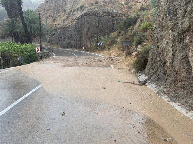 Carretera anegada de agua a causa de las lluvias