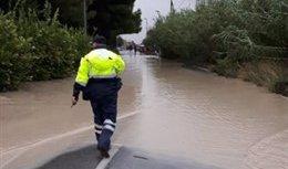 Policia agente desbordamiento río Segura en la carretera de Beniel