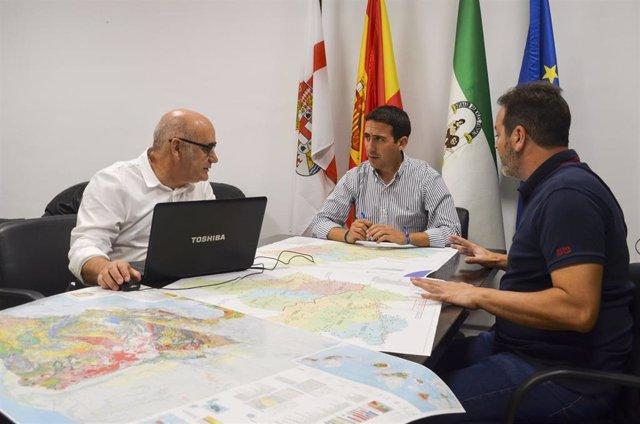 El vicepresidente de la Diputación Óscar Liria se reúne para planificar el dispositivo de carreteras, en una imagen de esta misma semana