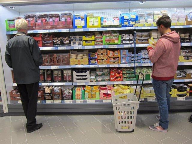 Dues persones en un supermercat.
