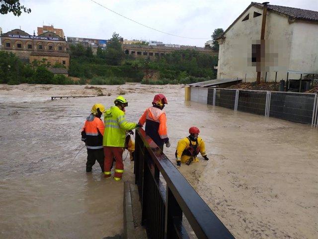 """Los bomberos realizan rescates y desalojos en la zona Cantereria de Ontinyent (Valencia), """"la más afectada"""" por el desborde del río Clariano (DANA septiembre 2019)"""