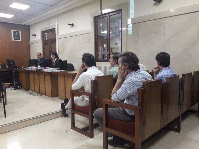 Los hermanos Ruiz-Mateos sentados en el banquillo de los acusados.