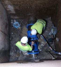 Operarios de Giahsa trabajan  en la reparación de la red que abastece a la Cuenca Minera.