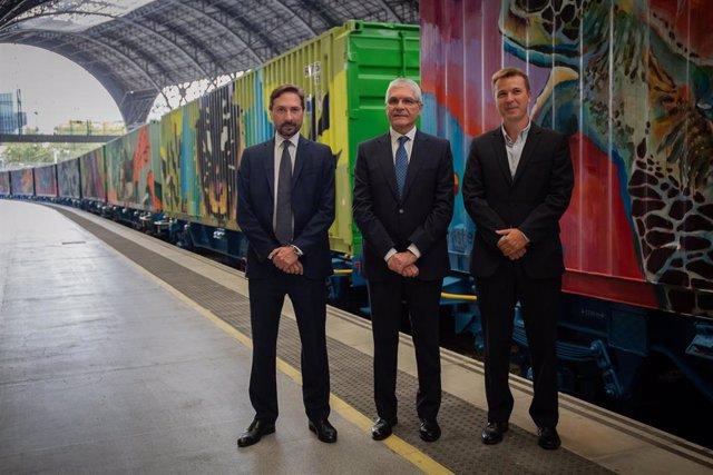 El miembro del comité ejecutivo de Transfesa Logistics,   Samuel Nevado (1i), el presidente de Renfe , Isaías Táboas (2i) y el director de Captrain, Pau Filella, (3i) presentando el Tren de Noé, (de fondo) en la Estació de França en Barcelona (España) a 1