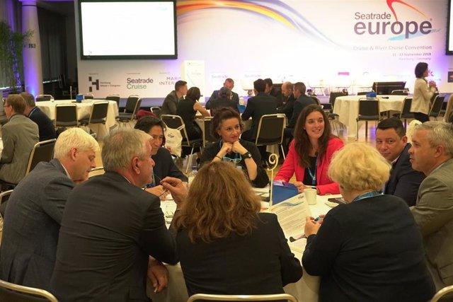 Las representantes del Port de Barcelona en una mesa en la feria Seatrade Europe.