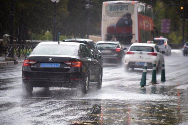 Varios coches circulan por una calle de Valencia, durante el temporal de gota fría que afecta a la zona de Levante, en Valencia (España) a 11 de septiembre de 2019.