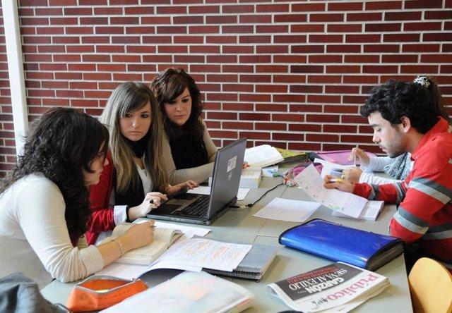 Alumnos estudiando en la UC. Universidad de Cantabria