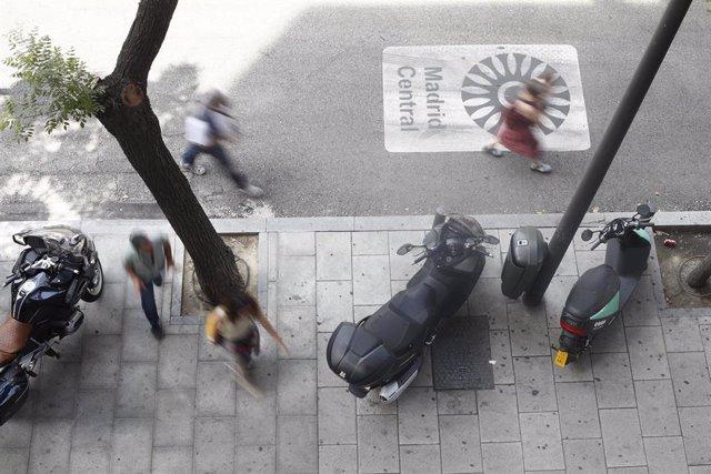 Motos aparcadas en una de las vías que componen Madrid Central.