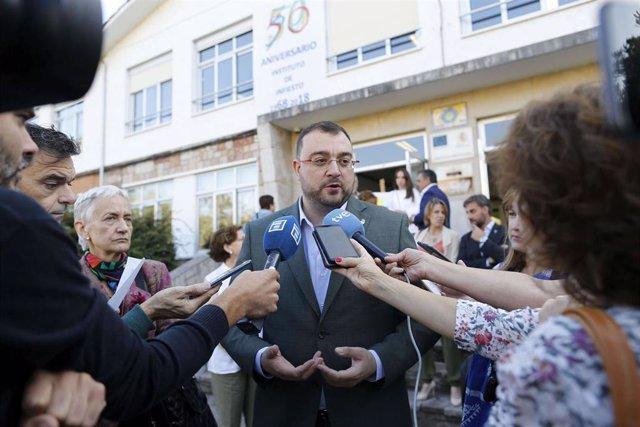 El presidente del Principado de Asturias, Adrián Barbón, atiende a los medios en el inicio del curso de Secundaria y Bachillerato.