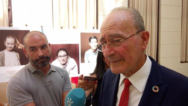 El alcalde de Málaga, Francisco de la Torre, atiende a los medios de comunicación.