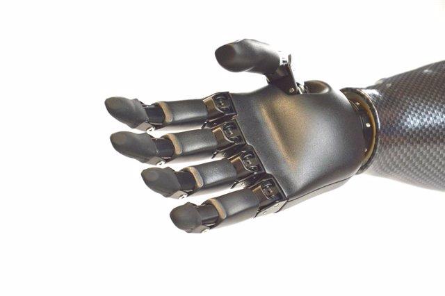 Diseñan una mano artificial inteligente para personas amputadas que utiliza un a