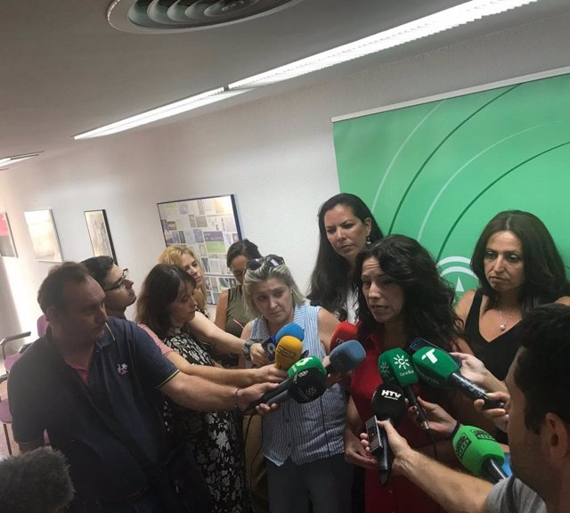 La consejera de Igualdad, Rocío Ruiz, atiende a los medios, en una imagen de archivo.