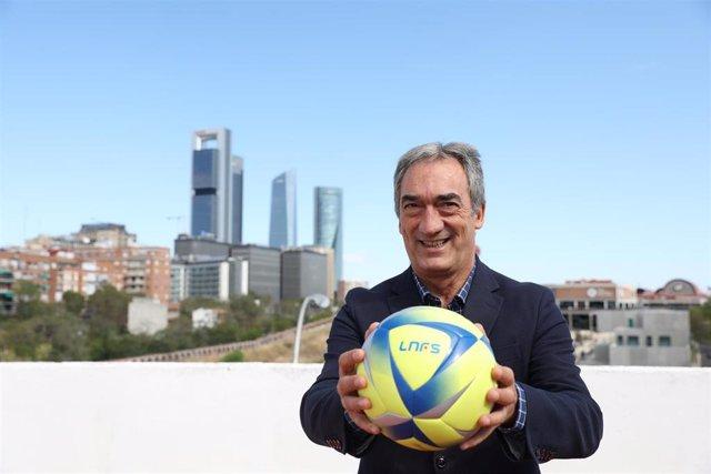 El presidente de la Liga Nacional de Fútbol Sala, Javier Lozano Cid, posa para Europa Press con el balón oficial de la Liga Nacional Fútbol Sala (LNFS)