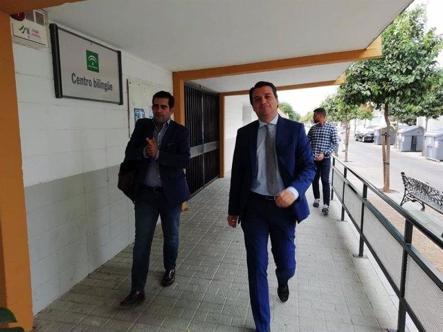 El alcalde de Córdoba, José María Bellido, a su llegada al CEIP Mediterráneo.