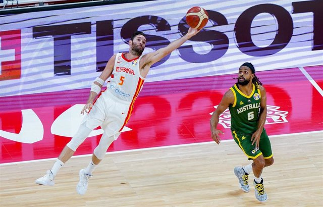 El capitán de la selección española de baloncesto, Rudy Fernández, en las semifinales del Mundial de China ante el jugador de Australia Patty Mills