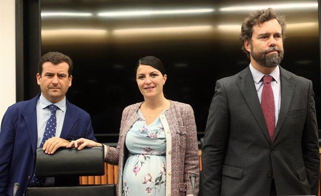 El asesor de VOX en temas de caza, Ricardo Chamorro, y los portavoces parlamentarios del partido, Macarena Olona e Iván Espinosa de los Monteros,  en el Congreso