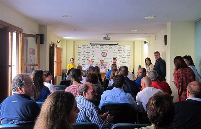 Asamblea de los trabajadores de Onda Jaén con responsables de UGT, CCOO y CSIF.