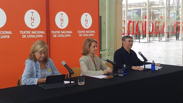 La directora general de la Dirección General de Creación, Acción Territorial y Biblioteques, Àngels Ponsa; la consellera de Cultura de la Generalitat, Mariàngela Vilallonga; y el director del TNC, Xavier Albertí