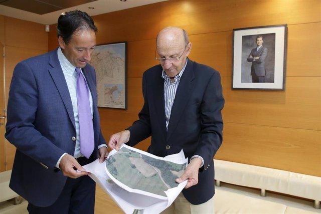 El consejero de Obras Públicas, Ordenación del Territorio y Urbanismo, José Luis Gochicoa, se reúne con el alcalde de San Felices de Buelna, Jose Antonio González