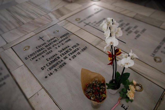 Sepultura en la que se encuentran los restos mortales de la única hija del dictador Francisco Franco, Carmen Franco, y su marido, Cristóbal Martínez-Bordiú, en la cripta de la Parroquia de Santa María la Real de la Almudena en Madrid . Aunque está pegada